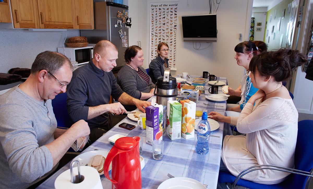 De danske dyrlæger der er i Nuuk for at hjælpe til holder frokost med de frivillige fra dyrenes venner i Nuuk
