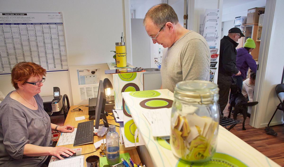 Vivi Eugenius (ansat ved dyreinternatet i Nuuk), snakker med Dyrlæge Jens Eslau om dagens program, mens en af de frivillige er ved at indveje de første dyr så der er styr på vægten inden undersøgelser mv.